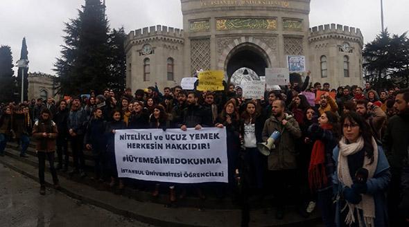 istanbul üniversitesi kapısında eylem yapan kalabalık öğrenci grubu